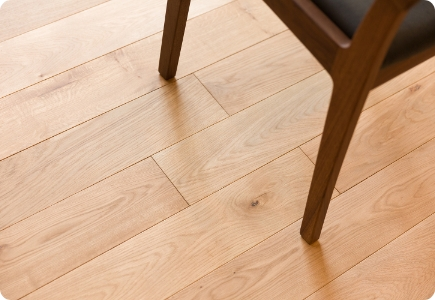 適度な堅さと木の温かみのバランスが良い床材