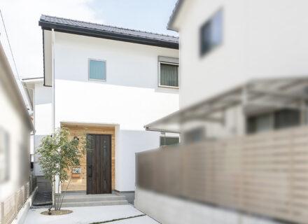 「旗竿地」でも光が射し込む、自然素材に包まれた心地よい家
