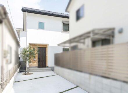 「旗竿地」に建つ自然素材に包まれた明るい家